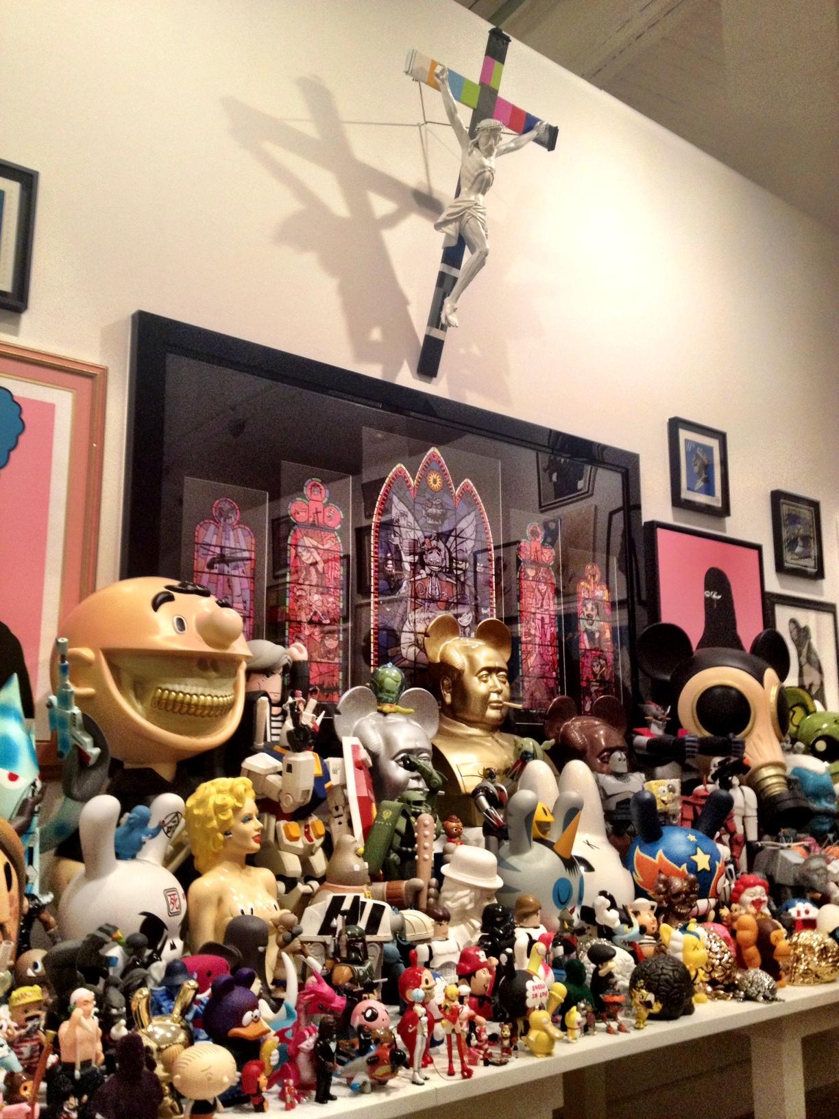 Altar de art toys en la colección de Selim Varol