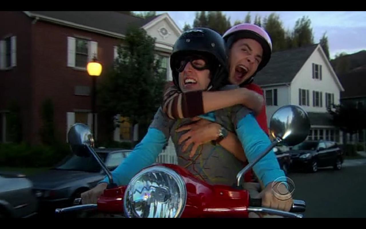 Wolowitz y Sheldon hacen el loco en la Vespa