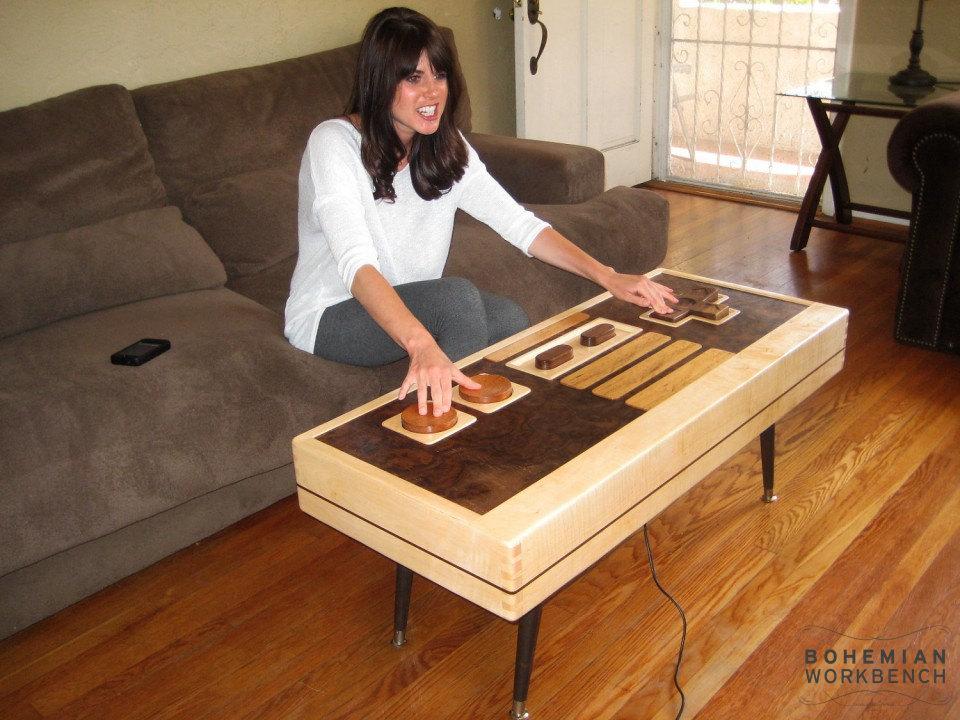 chica jugando a Nintendo 8 bits con mesa mando controller gigante