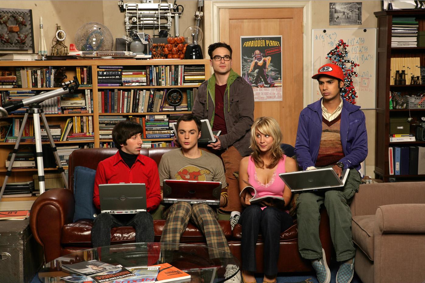 big bang theory personajes con el ordenador en el sofa